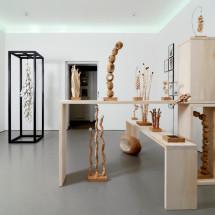 「連綿 -ununterbrochen-」展覧会風景 「連綿 -ununterbrochen-」(左)・「ガーデン(右)」 Ausstellungsansicht mit renmen / ununterbrochen (links) und Garten (Installation); Foto: Jürgen Baumann