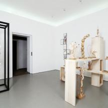 「連綿 -ununterbrochen-」展覧会風景 「連綿」(左)・「ガーデン」(インスタレーション(右))・「ドローイング 」(背景) Ausstellungsansicht mit renmen -ununterbrochen- (links), Garten (Installation(rechts)) und im Hintergrund Zeichnungen; Foto: Jürgen Baumann