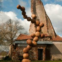 Wood Cell, 2014-2015, ca 325×180×90 cm, oar-steel-concrete base (Land Art Schlosspark Wagenitz) Photo : Takayuki Daikoku