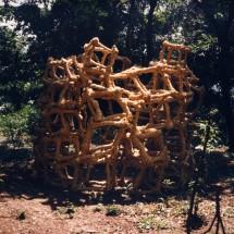 """巻1999(野外) """"Coil1999(draußen)"""", 1999, H250×W200×D200(cm) 木・荒縄 holz, strohseil ; Foto Takayuki Daikoku"""
