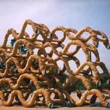 "礎 No.2 ""Foundation No.2"", 2000, H190×W330×D120(cm) 木・荒縄・布・彩色 Holz, Strohseil, Stoff, farbung ; Foto Takayuki Daikoku"