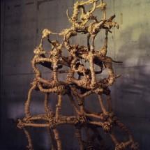 "巻 1998 ""Coil 1998"", 1998 H280×W120×D120cm 木・荒縄 Holz, Strohseil ; Foto Takayuki Daikoku"
