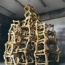 "巻1999 ""Coil1999"", 1999, H350×W300×D270(cm) 木・荒縄 holz, strohseil ; Foto Takayuki Daikoku"